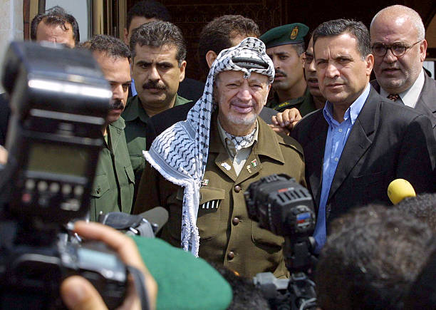 Arafat and Journalists.jpg